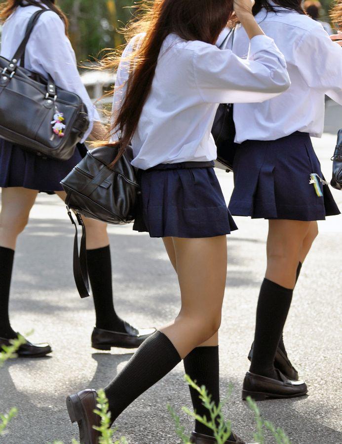 女子高生街撮り生足立ち