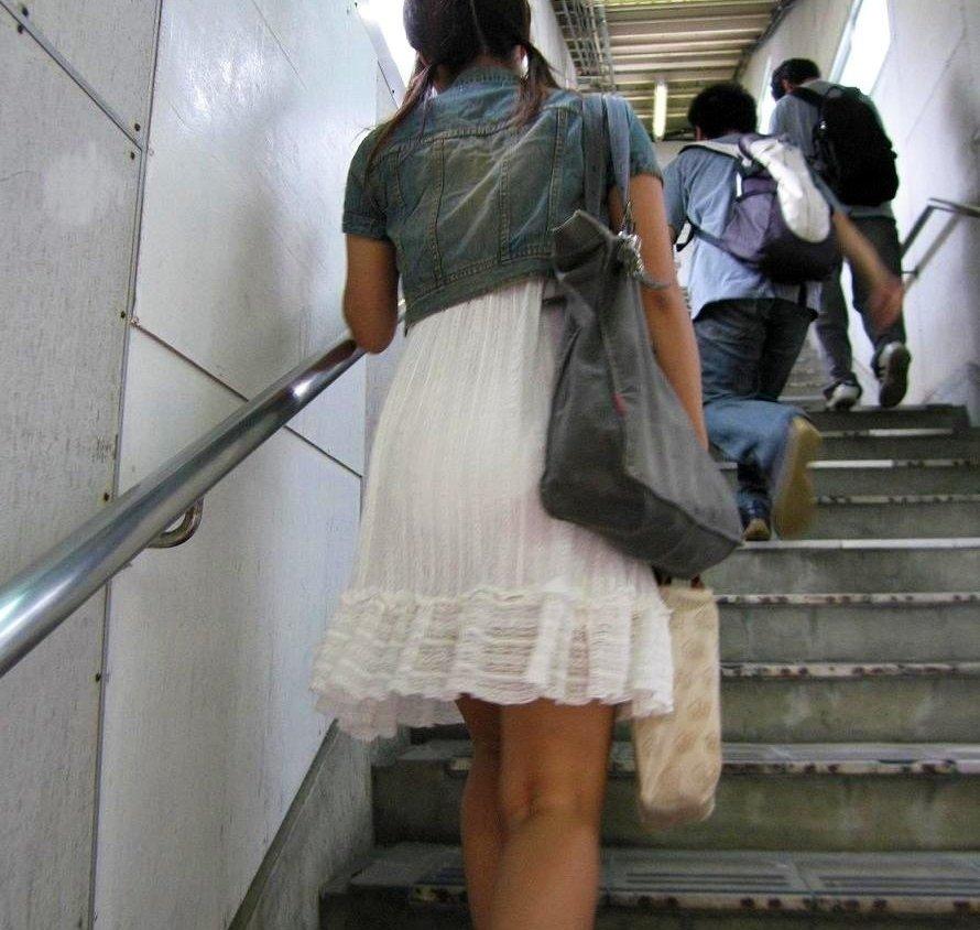 【街撮り透けパン】わざわざパンチラ狙うまでもないwスカートから透けて浮いてる淑女の下着画像 08