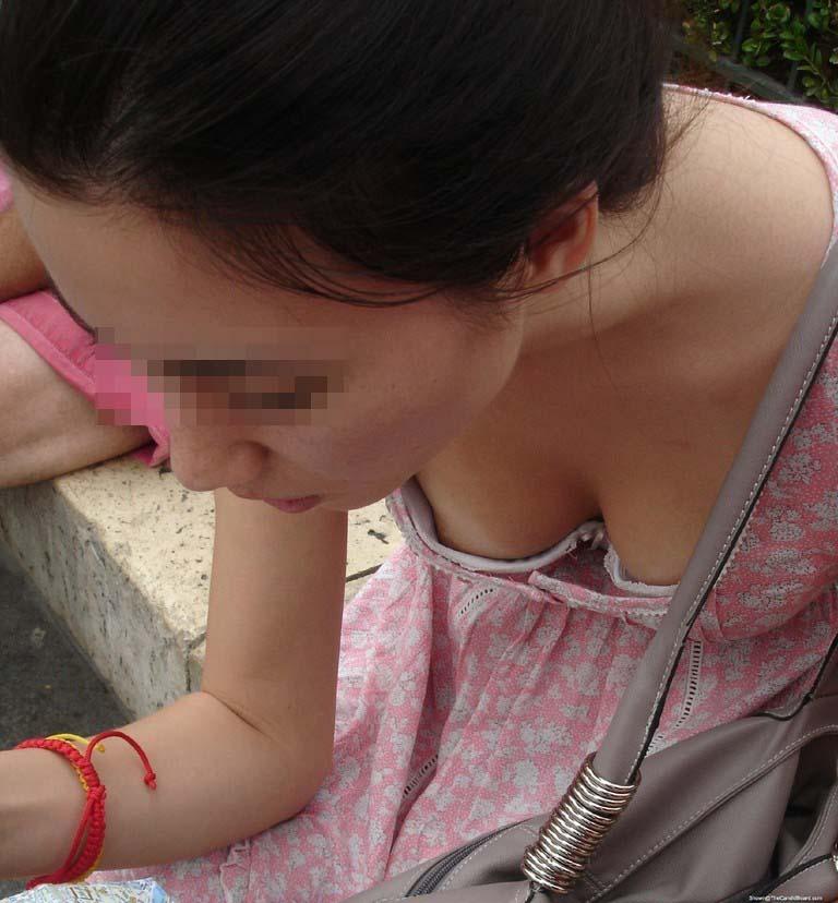 【胸チラ画像】このまま手ぇ突っ込んで乳首コリコリしたくなりそうな胸チラ・谷間www 20