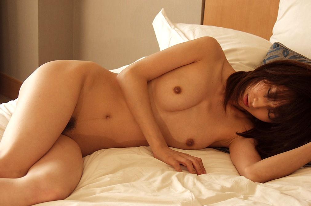 【裸体画像】目の前にいたらそのまま覆いかぶさること必至な横たわる裸体www 01